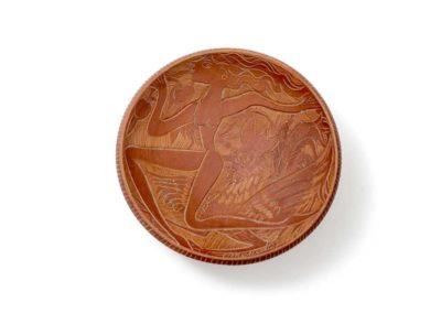 Referencia: P-36 - Titulo: Mujeres Huyendo del Gallo - Año: 1959 - Dimensiones: 27 cm - Técnica: Raspado en Rojo