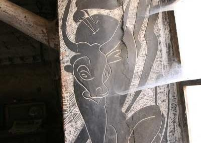 """Referencia: T-154 - Titulo: Cazando al Toro Prehistorico - Año: 1956 - Dimensiones: 176 X 72 cms - Técnica: Yeso Raspado en Negro. – Mural en Alfar """"PedroMercedes"""" - Propiedad: Excmo. Ayto. Cuenca"""